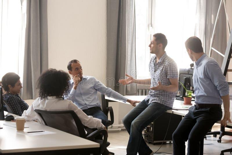 Διαφορετικοί συνάδελφοι που μιλούν στην επιχειρησιακή κατάρτιση με το λεωφορείο στοκ εικόνα με δικαίωμα ελεύθερης χρήσης