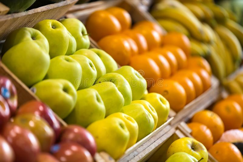 Διαφορετικοί τύποι ζωηρόχρωμων νωπών καρπών στο κατάστημα παντοπωλείων υγείας στοκ φωτογραφία με δικαίωμα ελεύθερης χρήσης