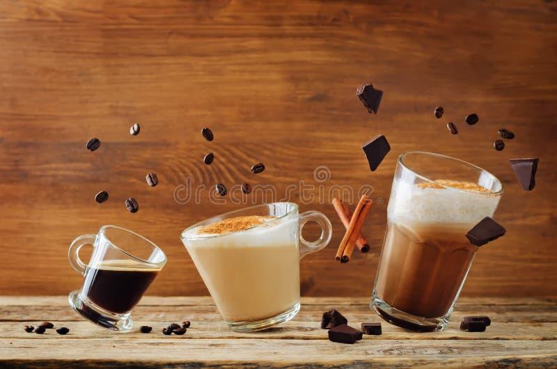 Διαφορετικοί τύποι καφέδων με τα πετώντας συστατικά Espresso, ΚΑΠ στοκ εικόνες