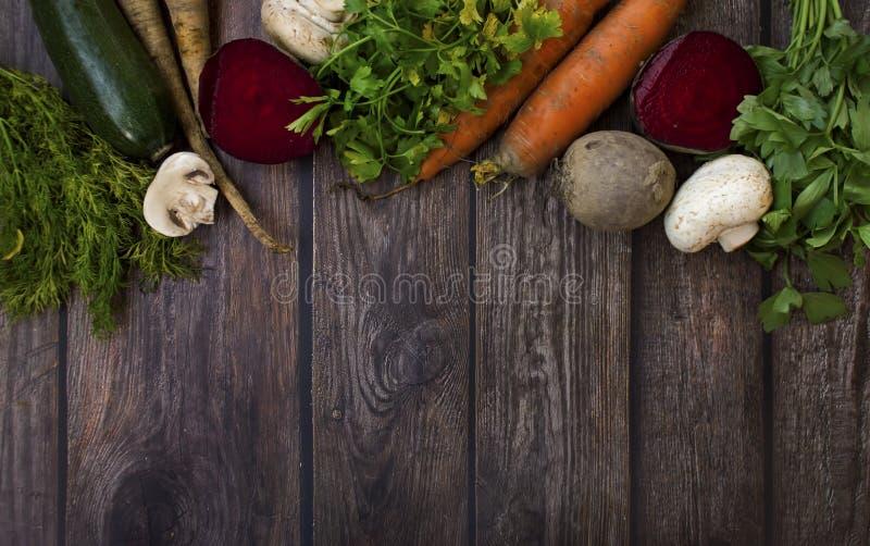 Διαφορετικοί τύποι λαχανικών στο ξύλινο υπόβαθρο στοκ εικόνες