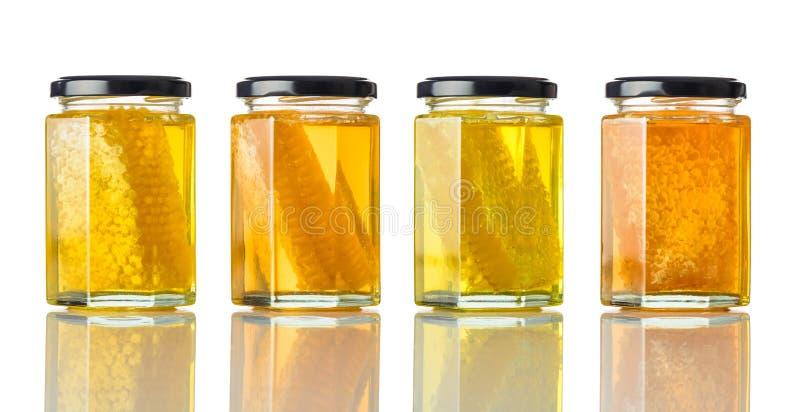 Διαφορετικοί τύποι μελιών στο βάζο στο λευκό στοκ φωτογραφία με δικαίωμα ελεύθερης χρήσης