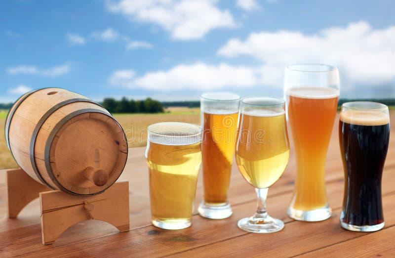 Διαφορετικοί τύποι μπυρών στα γυαλιά στον πίνακα στοκ εικόνες με δικαίωμα ελεύθερης χρήσης
