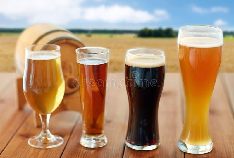 Διαφορετικοί τύποι μπυρών στα γυαλιά στον πίνακα στοκ φωτογραφία με δικαίωμα ελεύθερης χρήσης