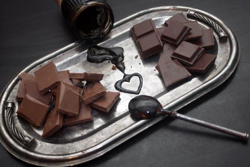 Διαφορετικοί τύποι σοκολατών σε έναν ασημένιο δίσκο στοκ φωτογραφίες με δικαίωμα ελεύθερης χρήσης
