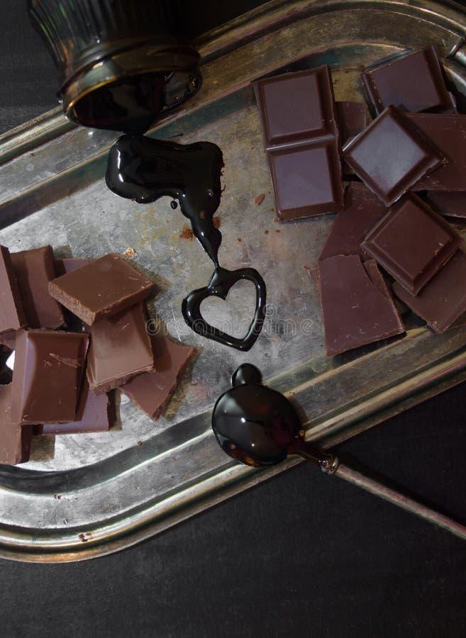 Διαφορετικοί τύποι σοκολατών σε έναν ασημένιο δίσκο στοκ εικόνα