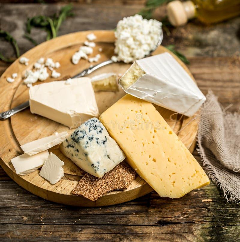 Διαφορετικοί τύποι συνθέσεων τυριών στοκ εικόνα