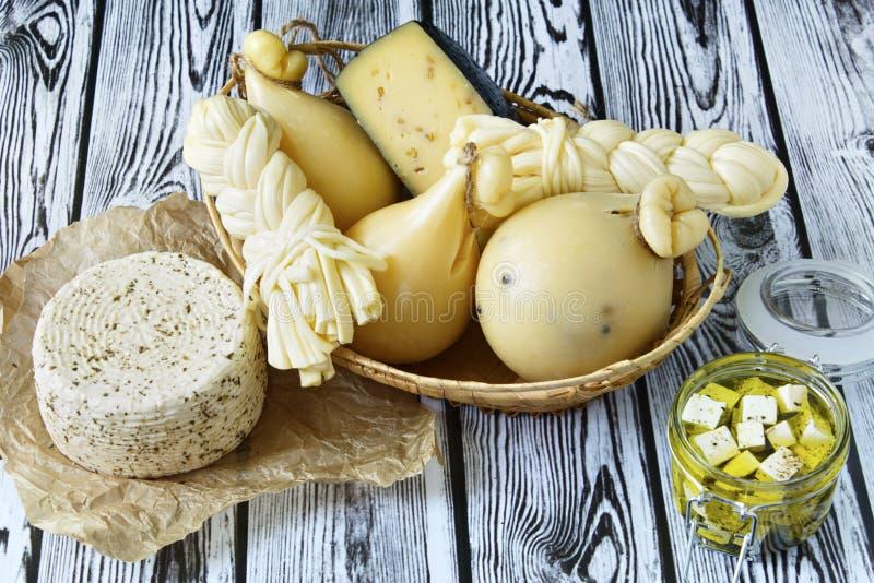 Διαφορετικοί τύποι τυριών σε ένα ξύλινο υπόβαθρο Πιατέλα τυριών στοκ φωτογραφίες