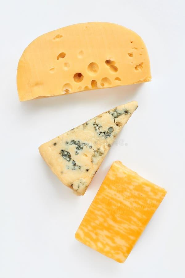 Διαφορετικοί τύποι τυριών στο ελαφρύ υπόβαθρο στοκ εικόνες