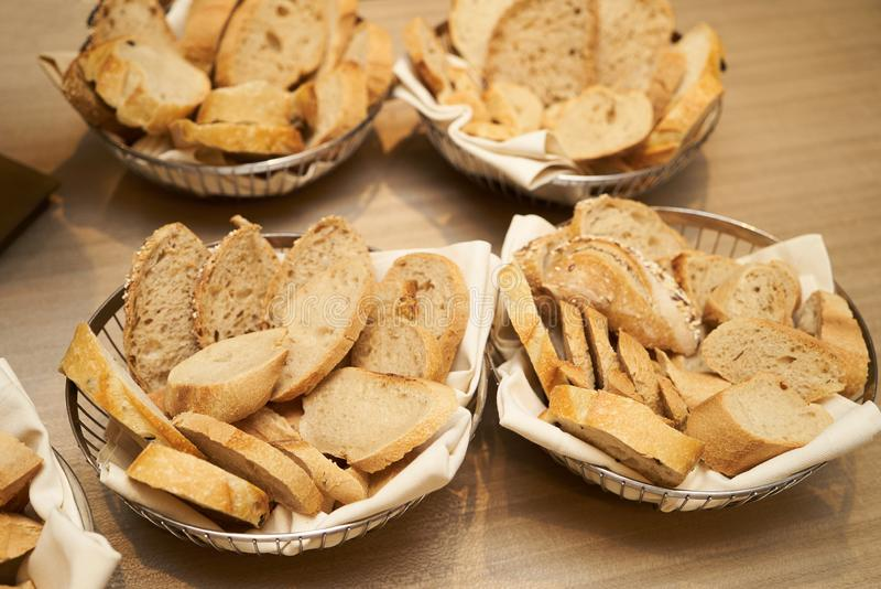 Διαφορετικοί τύποι ψωμιών στο καλάθι σε ένα ξύλινο επιτραπέζιο backgro στοκ φωτογραφίες με δικαίωμα ελεύθερης χρήσης