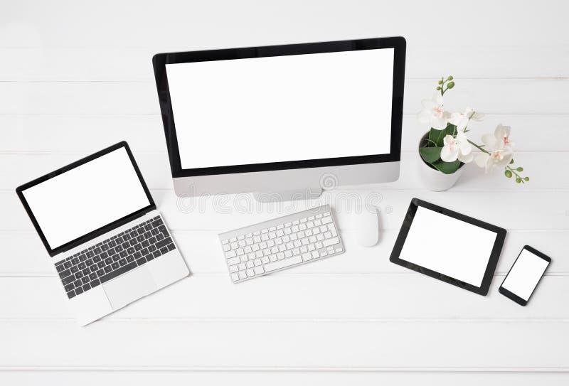 Διαφορετικός μεγέθους του υπολογιστή γραφείου και των φορητών προσωπικών υπολογιστών, της ταμπλέτας και του τηλεφώνου στοκ εικόνα