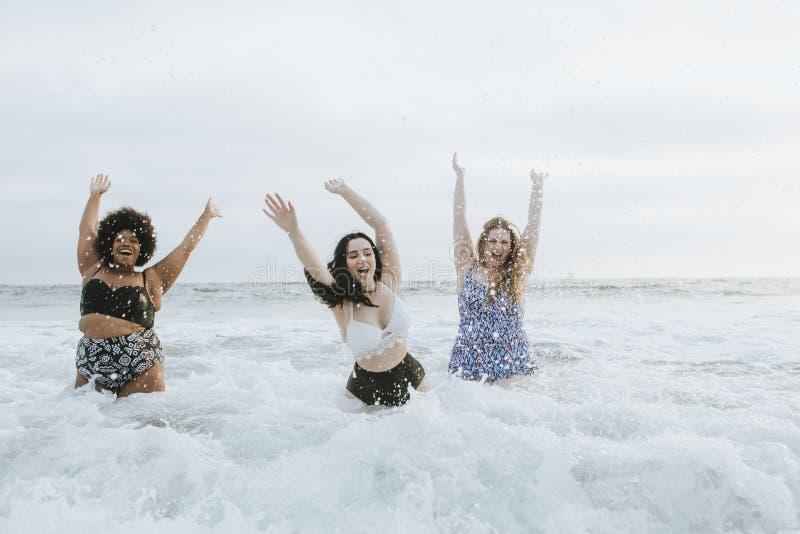 Διαφορετικός συν τις γυναίκες μεγέθους που έχουν τη διασκέδαση στο νερό στοκ φωτογραφία