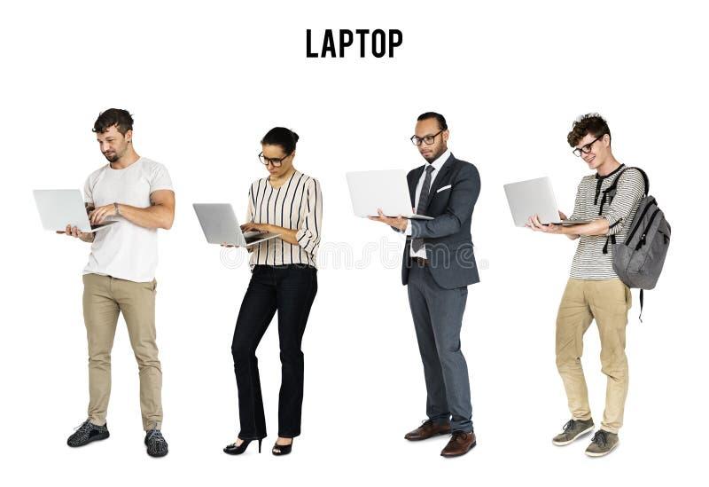 Διαφορετικός των ανθρώπων που χρησιμοποιούν το στούντιο σημειωματάριων lap-top που απομονώνεται στοκ φωτογραφία με δικαίωμα ελεύθερης χρήσης