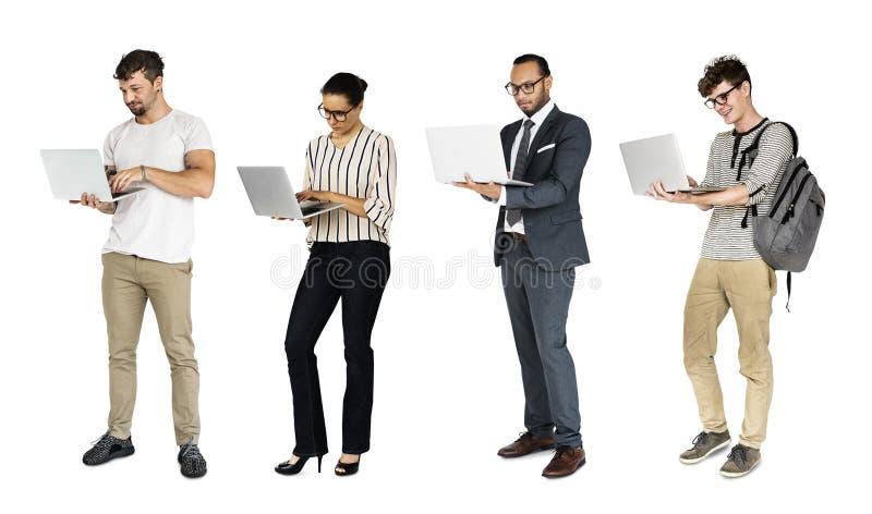 Διαφορετικός των ανθρώπων που χρησιμοποιούν το στούντιο σημειωματάριων lap-top που απομονώνεται στοκ φωτογραφίες