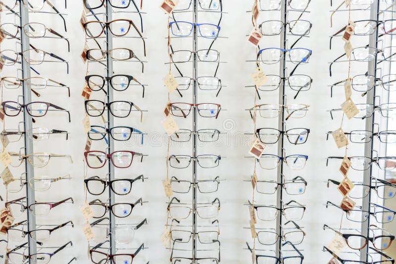 Διαφορετικός eyewear στο ειδικό κατάστημα-μέτωπο στοκ εικόνες