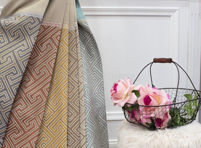 Διαφορετικό δείγμα υφάσματος κουρτινών χρωμάτων Κουρτίνες, ταπετσαρία του Tulle και επίπλων στοκ εικόνα