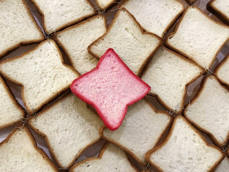 Διαφορετικό ψωμί, ηγέτης της ομάδας Wholewheat πασπαλίζει τη φέτα με ψίχουλα στοκ εικόνα με δικαίωμα ελεύθερης χρήσης
