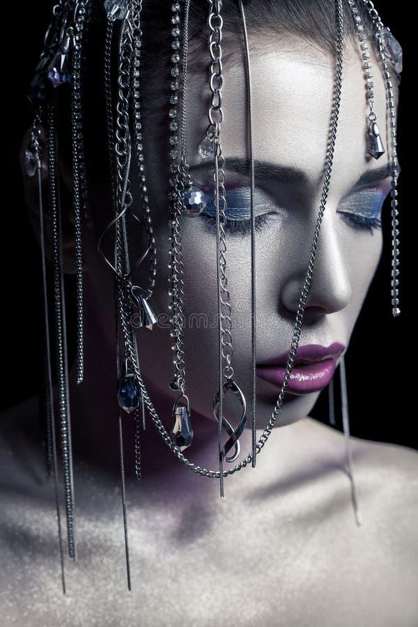 Διαφορετικό ύφος της ομορφιάς το νέο όμορφο πρότυπο μόδας με το ασημένιο, πορφυρό, μπλε makeup και το λαμπρό ασημένιο κόσμημα αλυ στοκ φωτογραφία με δικαίωμα ελεύθερης χρήσης