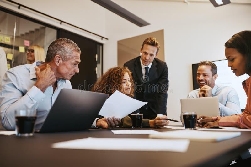 Διαφορετικό businesspeople στην εργασία μαζί σε μια αίθουσα συνεδριάσεων γραφείων στοκ εικόνες