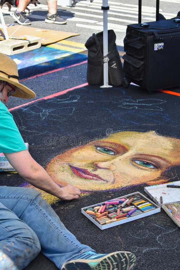 διαφράγματα 21, 2018 Newhall, ασβέστιο - Φεστιβάλ τέχνης κιμωλίας σε στο κέντρο της πόλης Newhall, ασβέστιο στοκ εικόνα με δικαίωμα ελεύθερης χρήσης