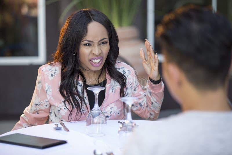 Διαφυλετικό ραντεβού στα τυφλά στο υπαίθριο εστιατόριο στοκ φωτογραφίες με δικαίωμα ελεύθερης χρήσης