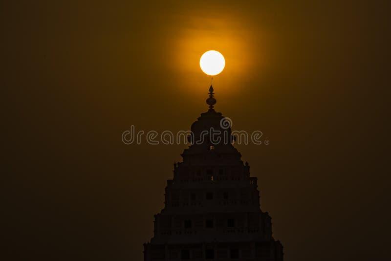 Διαφωτισμός: Ανατολή επάνω από την κορυφή ενός ινδού ναού στοκ φωτογραφία