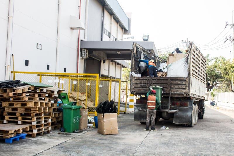 Διαχείρηση αποβλήτων, το φορτηγό απορριμάτων με τον εργαζόμενο στοκ εικόνες