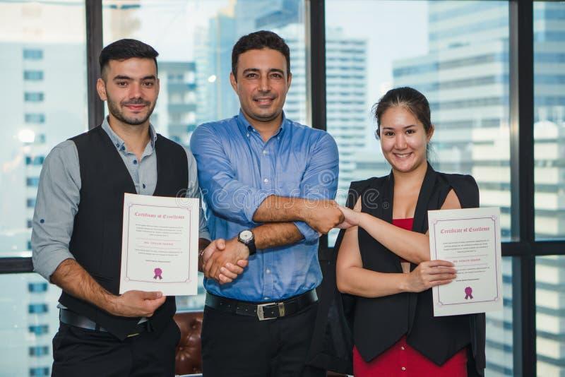 Διαχείριση ανώτατων στελεχών επιχείρησης που έχει τα συγχαρητήρια στο εκτελεστικό προσωπικό που παίρνει το βραβείο με το πιστοποι στοκ φωτογραφίες