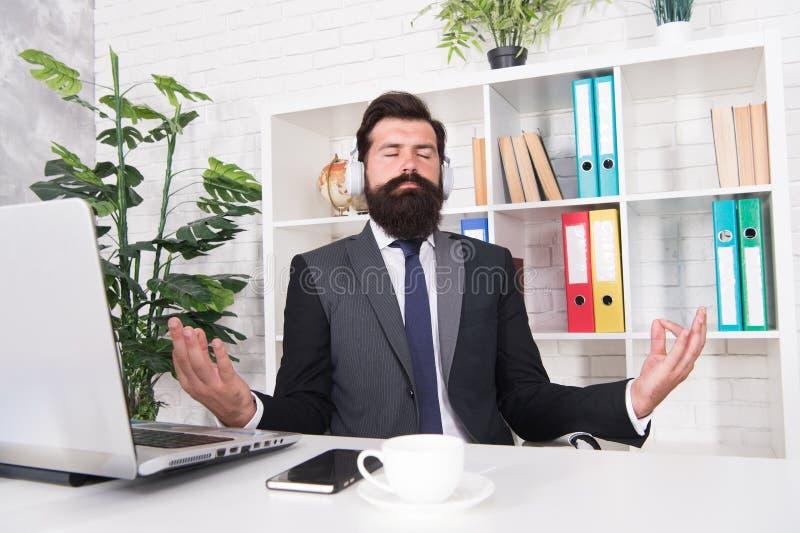 Διαχείριση κρίσεων Ψυχική υγεία Ασκήσεις ηρεμίας Υπολογισμός δραστηριοτήτων Έννοια της έμπνευσης Αφεντικό στο χώρο εργασίας του στοκ φωτογραφία με δικαίωμα ελεύθερης χρήσης