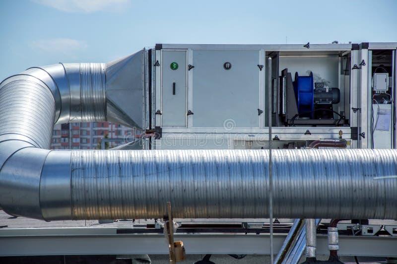 Διαχειριζόμενη μονάδα αέρα για το κεντρικό σύστημα εξαερισμού στη στέγη της λεωφόρου στοκ εικόνες