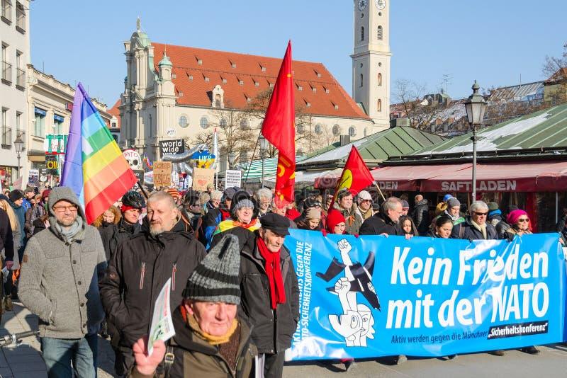 Διαδήλωση διαμαρτυρίας αντι-ΝΑΤΟ ενάντια στην επιθετική πολιτική ΗΠΑ στην Ευρώπη στοκ φωτογραφία με δικαίωμα ελεύθερης χρήσης