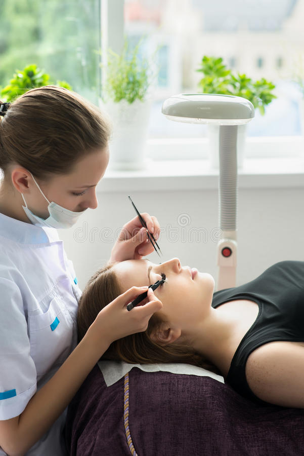 Διαδικασία επέκτασης Eyelash Μάτι γυναικών με τα μακροχρόνια eyelashes στοκ φωτογραφίες με δικαίωμα ελεύθερης χρήσης