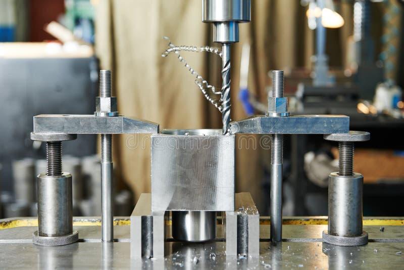 Διαδικασία κινηματογραφήσεων σε πρώτο πλάνο της κατεργασίας τρυπανιών μετάλλων στοκ εικόνα
