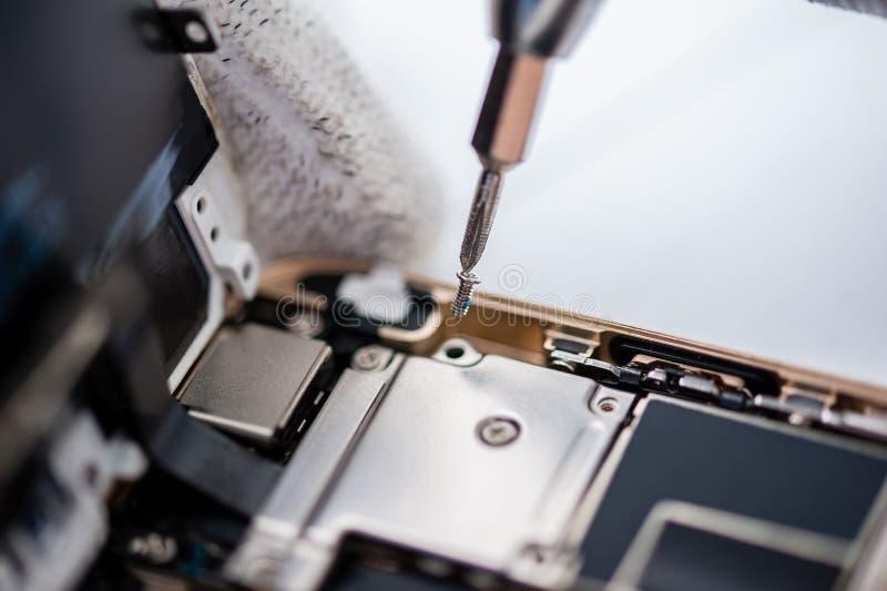 Διαδικασία της κινητής τηλεφωνικής επισκευής στοκ εικόνες