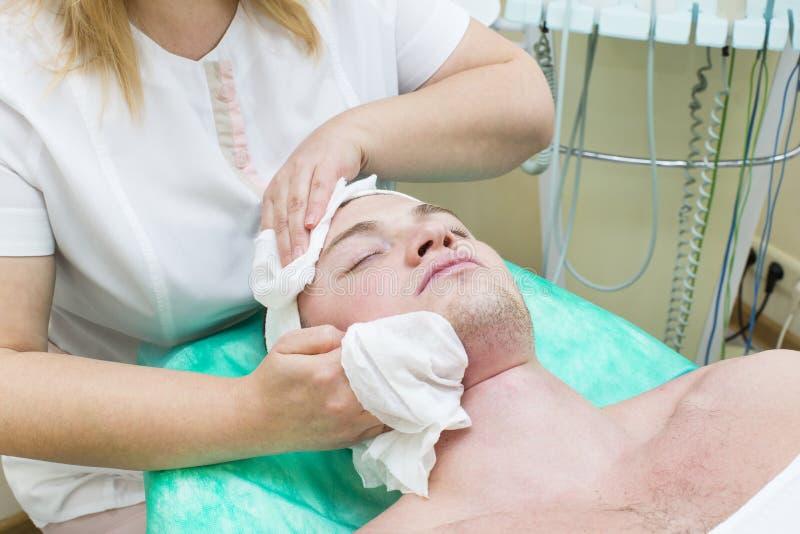 Διαδικασία του μασάζ και των facials στοκ εικόνα
