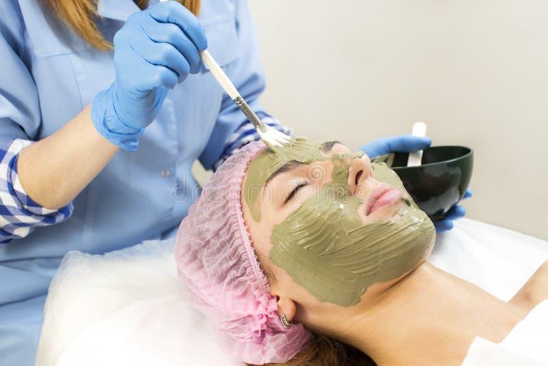 Διαδικασία του μασάζ και των facials στοκ εικόνα με δικαίωμα ελεύθερης χρήσης