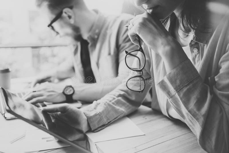 Διαδικασία 'brainstorming' ομάδων συναδέλφων στο σύγχρονο γραφείο Σκέψη διευθυντών προγράμματος, που κρατά το θηλυκό χέρι γυαλιών στοκ φωτογραφία