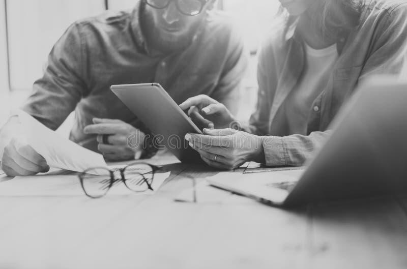 Διαδικασία Coworking Νέο επιχειρησιακό πλήρωμα φωτογραφιών που εργάζεται με το νέο πρόγραμμα ξεκινήματος σημειωματάριο στον ξύλιν στοκ εικόνες