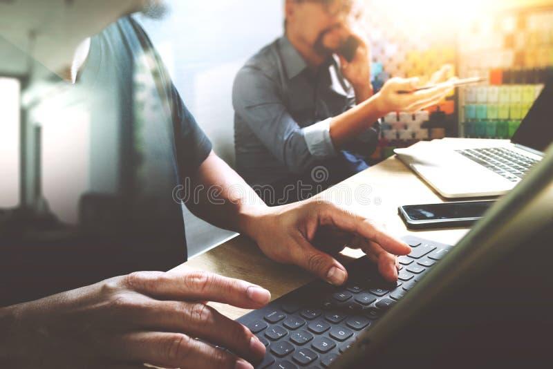 Διαδικασία Coworking, ομάδα επιχειρηματιών που λειτουργεί στο δημιουργικό γραφείο στοκ εικόνα