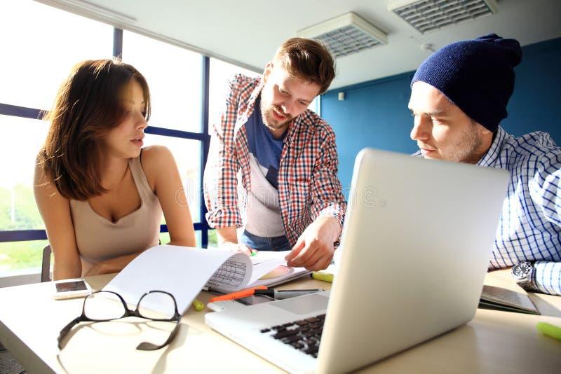 Διαδικασία Coworking, ομάδα σχεδιαστών που λειτουργεί το σύγχρονο γραφείο Νέος δημιουργικός διευθυντής φωτογραφιών που παρουσιάζε στοκ εικόνες με δικαίωμα ελεύθερης χρήσης
