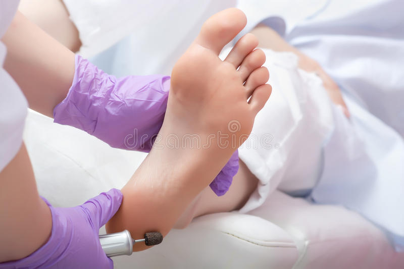 Διαδικασία pedicure ποδιών αποφλοίωσης με τη eletric συσκευή στο beau στοκ φωτογραφίες με δικαίωμα ελεύθερης χρήσης