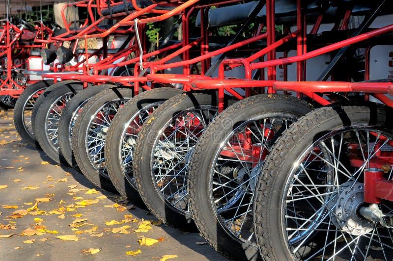 Διαδοχικά ποδήλατα που στέκονται σε μια σειρά στοκ εικόνες