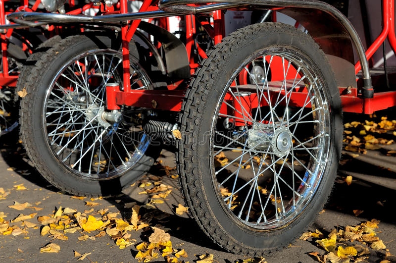 Διαδοχικές ρόδες ποδηλάτων στο πεζοδρόμιο στοκ εικόνες