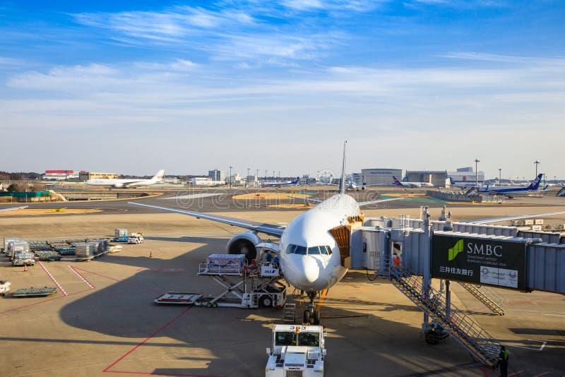 Διεθνές αεροπλάνο που περιμένει τους επιβάτες για να επιβιβαστεί και το φορτώνοντας φορτίο στοκ φωτογραφίες με δικαίωμα ελεύθερης χρήσης