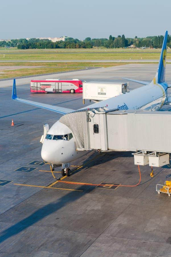 Διεθνές αεροπλάνο αερογραμμών της Ουκρανίας σε έναν αερολιμένα στοκ φωτογραφίες