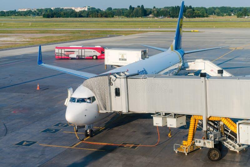 Διεθνές αεροπλάνο αερογραμμών της Ουκρανίας σε έναν αερολιμένα στοκ εικόνα