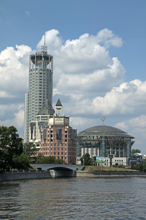 Διεθνές σπίτι της Μόσχας της μουσικής και των πολυτελών λόφων Swissotel ξενοδοχείων κόκκινων στοκ εικόνες