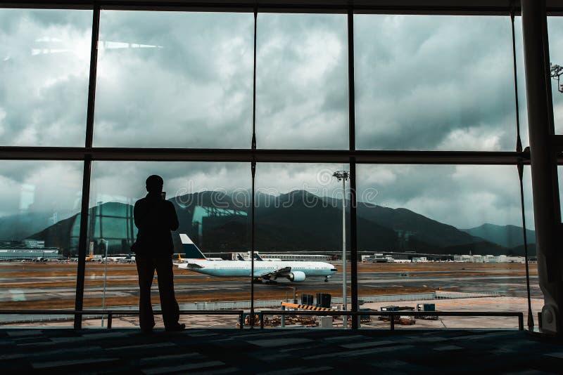 Διεθνές τερματικό αερολιμένων στον μπλε τόνο στοκ φωτογραφίες με δικαίωμα ελεύθερης χρήσης