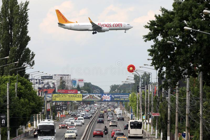 Διεθνής αερολιμένας Otopeni Pegasus αεριωθούμενος πλησιάζοντας στο Βουκουρέστι στοκ εικόνες με δικαίωμα ελεύθερης χρήσης
