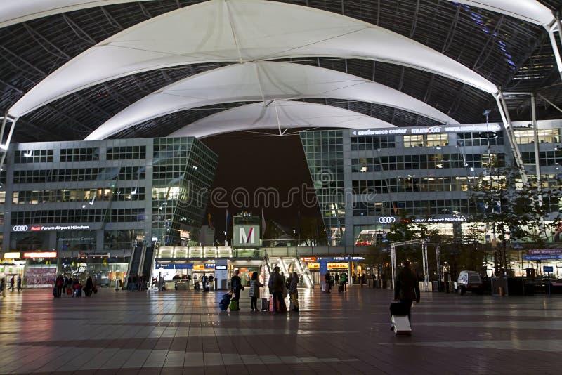 Διεθνής αερολιμένας του Μόναχου τη νύχτα στοκ φωτογραφία με δικαίωμα ελεύθερης χρήσης