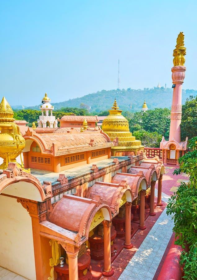 Διεθνής βουδιστική παγόδα ακαδημίας Sitagu άνωθεν με μια άποψη σχετικά με την πολύβλαστη πρασινάδα του Hill Sagaing στοκ φωτογραφίες